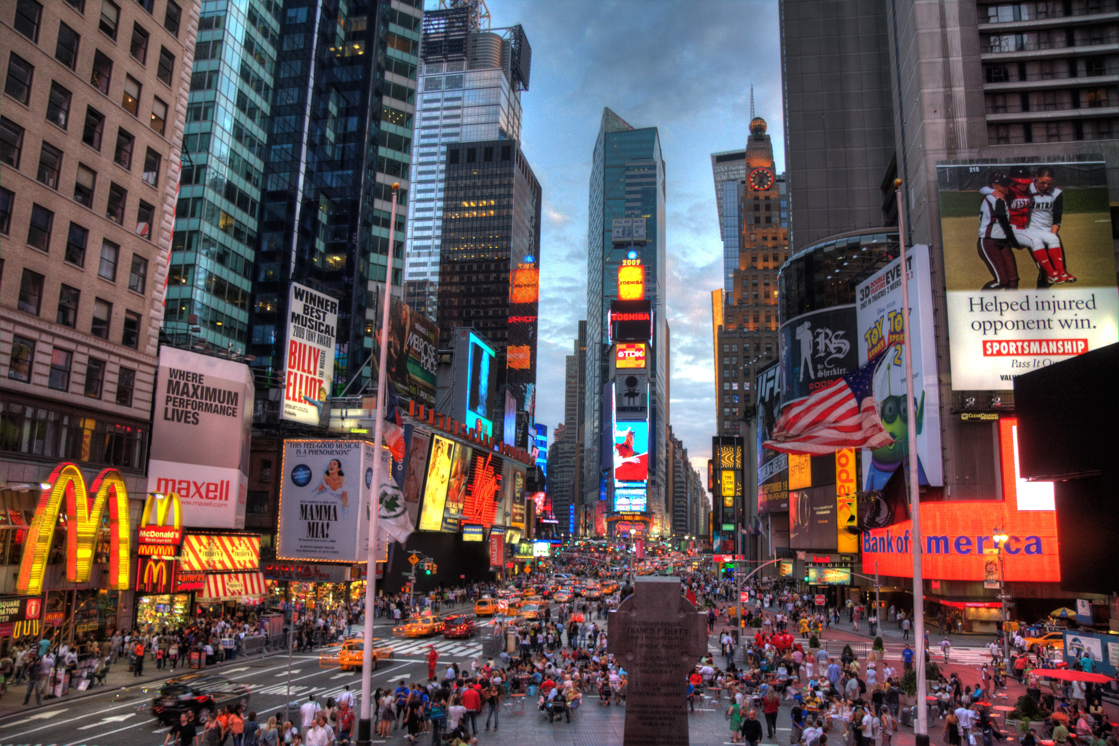 The 9 best things about new york city run wright for Times square new york things to do